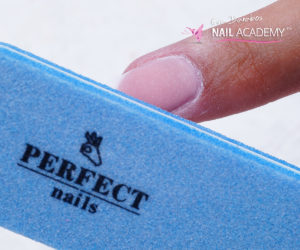 12. A felületet Perfect Nails 180-as kék bufferrel finomítom.